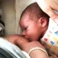 Černé tečky vestolici kojenců