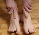Otoky nohou kolem kotníků